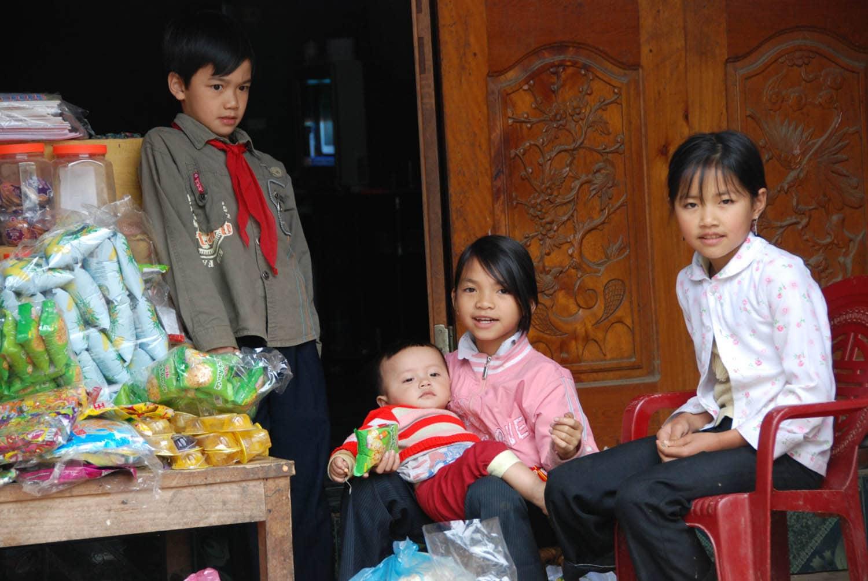 Très beaux enfants devant une boutique à Binh Lu