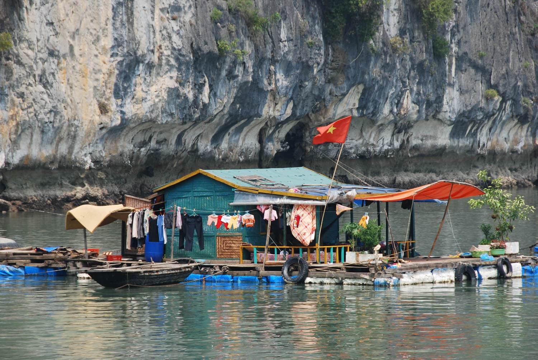 Maison flottante dans la baie d'Halong