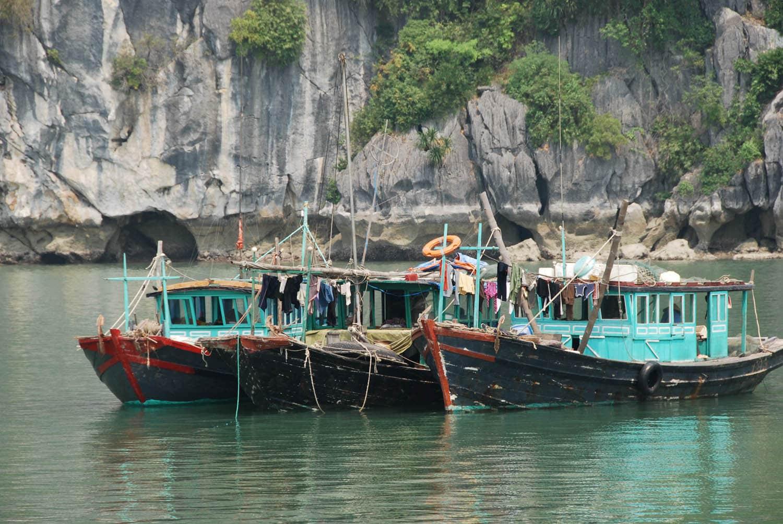 Bateaux colorés près des maisons flottantes