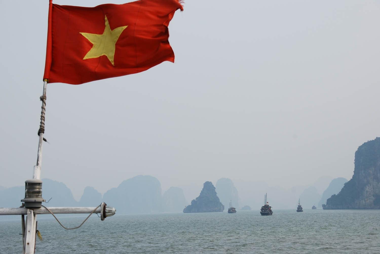 Drapeau vietnamien et baie d'Halong