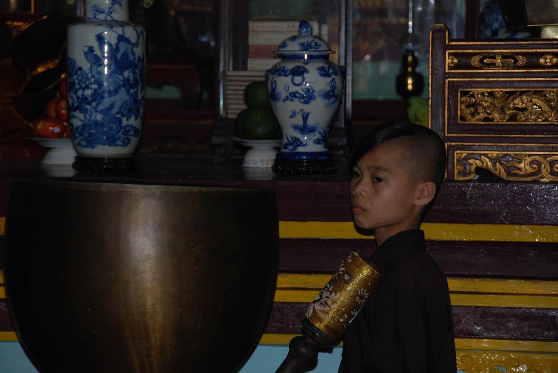 Un novice dans le temple de la pagode Thien Mu