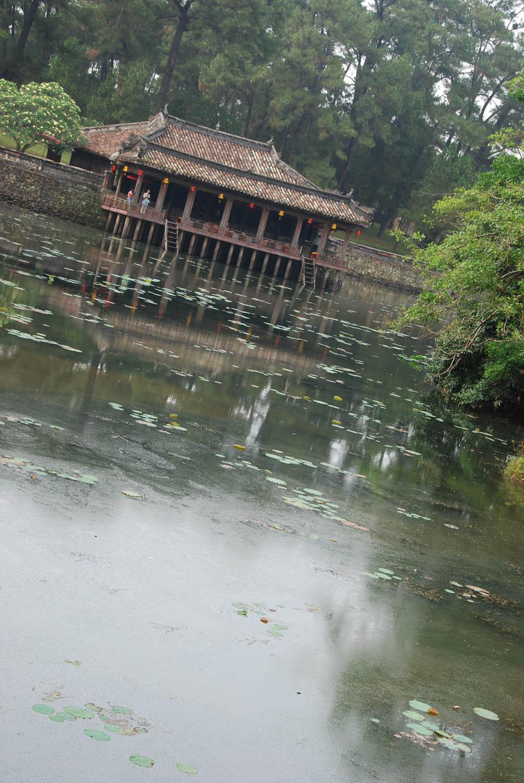 Pavillon sur pilotis donnant sur un lac artificiel au tombeau de Tu Duc à Huê