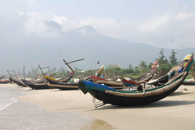 très beaux bateaux de pêcheurs sur une immense plage de sable fin désertique