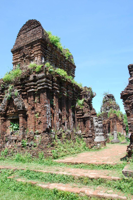 Le site est assez spectaculaire avec toutes ces tours-sanctuaires et les statues hindoues qui ont résisté au temps et à la guerre américaine.