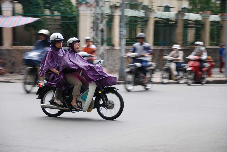La ville grouille sous le bruits des vélomoteurs.