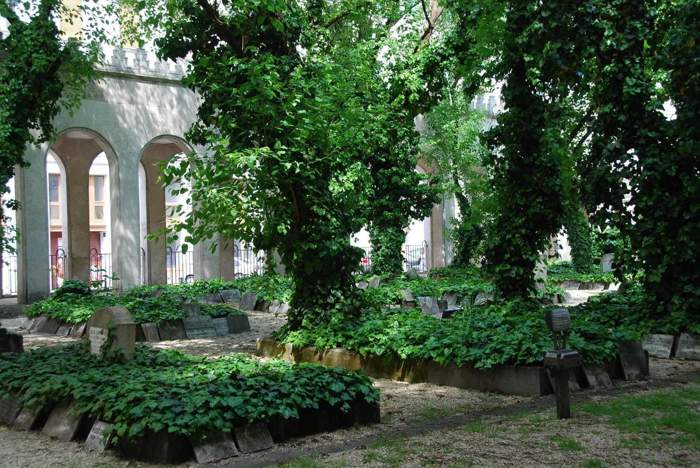 Plus de 2 000 personnes enterrées dans ce jardin ...