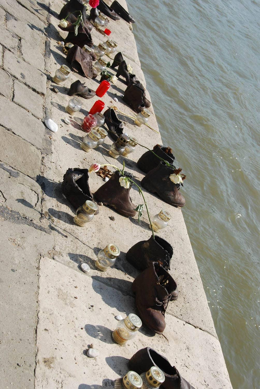 Chaussures, fleurs, bougies en hommage au bord du Danube